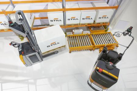 Die Automatisierungslösung von STILL bildet alle Stationen des Warenflusses vollautomatisiert ab – von der Beladung des Routenzugs am Bahnhof über die Fahrt zu den einzelnen Stationen an der Produktionslinie bis hin zur Entladestation / Foto: STILL GmbH