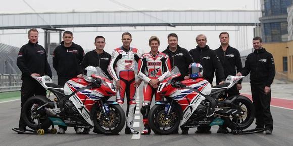 Das Honda Holzhauer Team mit Arne Tode (4. v. links), Karl Muggeridge (5. von links) und Teamchef Jens Holzhauer (4. von rechts)
