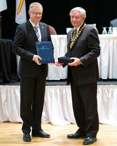 Konferenzgastgeber Glenn Blackwood (Marine Institute der Memorial University of Newfoundland, rechts im Bild) überreicht Prof. Dr. Thomas Pawlik (Centre of Maritime Studies der Hochschule Bremen) die IAMU-Mitgliedsurkunde