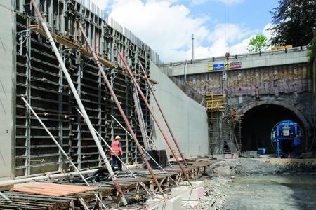 NOEtop large area formwork tables are used for the open retaining wall sections and the cut-and-cover tunnel construction.