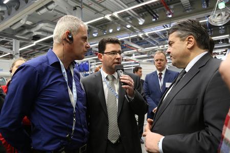 v.l.n.r. Konzernbetriebsratsvorsitzender Alexander Kurz und Markus Löw  (Leiter Personalservice) sprechen mit Sigmar Gabriel zum Thema Fachkräfte in der ländlichen Region