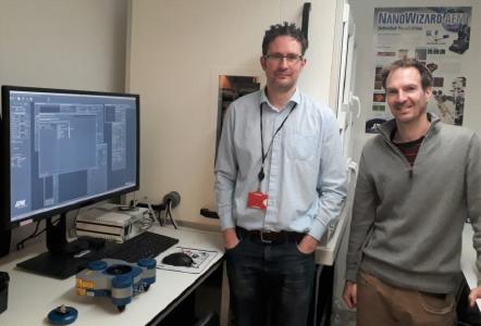 Richard Thorogate und Pro-fessor Guillaume Charras mit ihrem JPK NanoWizard® 4 AFM-System
