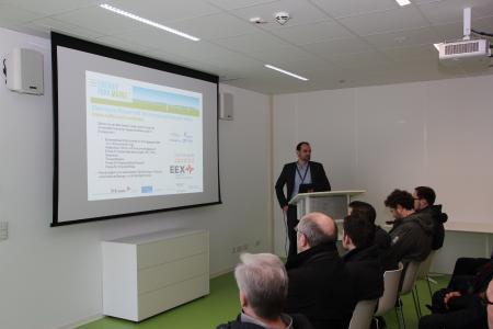 Besichtigung des Energiepark Mainz: Jonas Aichinger (Mainzer Stadtwerke AG) erläutert wichtige Stationen zum Projekt der Mainzer Stadtwerke | (c) DBI-Gruppe