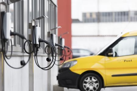ABB liefert Ladegeräte für nachhaltige Paketzustellung der Österreichischen Post