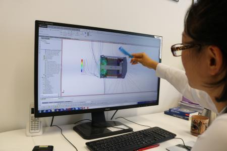 simulationluft: Die Physikerin Ning Sun arbeitet mit dem Programm Flow Simulation. Es berechnet  die Fluidströme und stellt sie anschaulich dar. Die gezielte Lenkung der Ströme ist entscheidend für die Langlebigkeit und Leistung des Generators