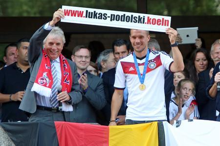 """Weltmeister Lukas Podolski und Kölns OB Jürgen Roters präsentieren stolz """"lukas-podolski.koeln"""" (Foto: dotkoeln/Netcologne)"""
