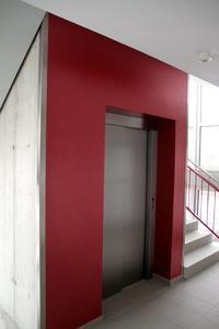 Im Inneren korrespondiert der Farbton der Aufzugswand mit den Glaselementen im Außenbereich, Foto: Caparol Farben Lacke Bautenschutz/Axel Schmidt-Adlung