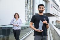 Hedayatullah Tajik und Cindy Wolf-Rockstroh, Ausbildungsleiterin bei SMA, freuen sich über die Auszeichnungen im Wettbewerb Vielfalt in der Ausbildung