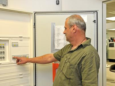 Elektrotechniker Josef Mädl beim Bedienen der KNX Schaltaktoren