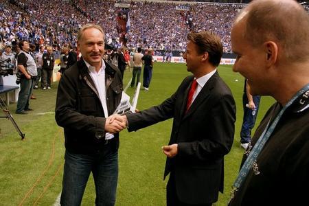 Andreas Müller (Manager S04) mit Prof. Dr. Tobias Kollmann (Ligapräsident)