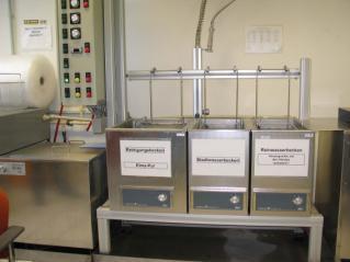 In der Reinigungsanlage der Akatherm FIP werden die demontierten Anlagenteile in einem dreistufigen Prozess gereinigt