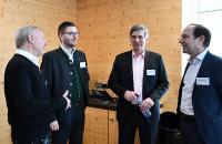 Anregende Gespräche zum Klimaschutz und nachhaltiger Unternehmensführung werden in der Pause von Dr. Theiler, DI Stelzer, Stefan Kirner und Dr. Ammann vertieft.