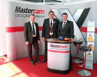 InterCAM-Geschäftsführer Andreas Stute (Mitte) gemeinsam mit Stefan Zeiner (links) und Manfred Ritzer (rechts) von der unicam Software GmbH, einem der deutschen Mastercam-Vertriebspartner