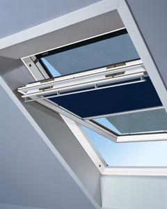 Angenehmes Raumklima und erholsamer Schlaf dank Hitzeschutz-Markise und Verdunkelungs-Rollo vor dem Dachfenster