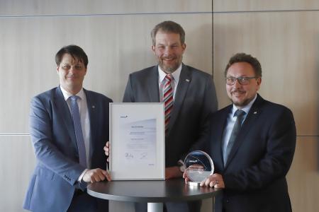 Freuen sich über die Auszeichnung: (v.l.) Martin Kroeger (Abteilungsleiter Finanzservice), Lars Hoppmann (stellv. Geschäftsführer) und Reinhold Harnisch (Geschäftsführer)