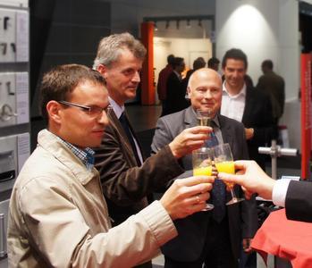 Anstoßen mit den Gewinnern (v.l.n.r. Stefan Arzenheimer, Markus Möller und Bernd Weißkopf) des Deutschen Normteile Awards 2013