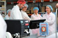 Die Vorteile der Digitalisierung konnten die Gäste ganz praktisch am Arbeitsplatz der Konditoren erleben. Foto: Confiserie Rabbel GmbH