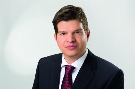 Frederick Beckmann, Vorstandsmitglied der Q1 Energie AG, sieht seine Erwartungen an die hochwertige Optik und Präzision der Wandverkleidung mehr als übertroffen / Bild: Q1 Energie AG, www.q1.eu