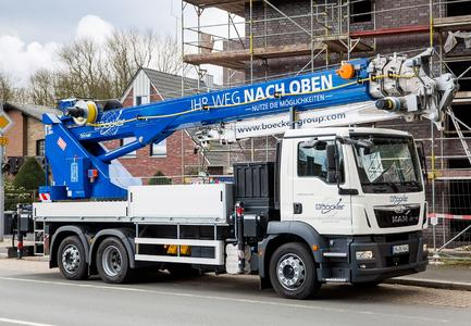 Compact dimensions, yet still with highest performance data – the new truck-mounted crane AK 46/6000 with a maximum load capacity of 6 tons, mounted on an 18 or 26 ton truck / Photo: Böcker Maschinenwerke, Werne