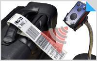 """Der mobile Hybrid-Scanner """"ECCO+"""" (RFID & Barcode) der PANMOBIL Produktlinie von FEIG  liest zunächst die auf der Gepäckbanderole gedruckte Barcode-Information aus und schreibt dieselbe Information IATA-konform auf den ebenfalls auf der Banderole aufgebrachten RFID-Transponder."""