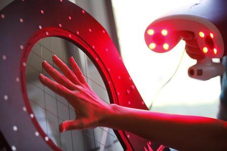 Mittels portablem 3D Scanner werden jeweils 48 Längen- und Umfangsmaße einer Hand präzise erfasst und ausgewertet, © Hohenstein Institute ®