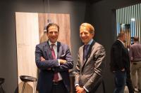 Martin Brettenthaler (links), CEO und Vorsitzender der Konzernleitung SWISS KRONO Group, und Max von Tippelskirch (rechts), CSCO und Mitglied der Konzernleitung SWISS KRONO Group (Bild: SWISS KRONO | Foto: Philipp Hoffmann)