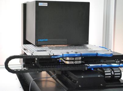 Automatisiert erzeugt μsprint ein μm-genaues 3D-Abbild der Werkstückoberfläche. Der Anwender gewinnt Daten zu Höhe, Breite, Profil der 0,1 mm dünnen Dichtungsbahnen sowie Form und Welligkeit der Trägerplatine.