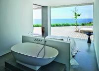 Auch das Schlafzimmer mit Badewanne ist offen gestaltet und lenkt den Blick nach draußen / Bildnachweis: Kirstine Mengel