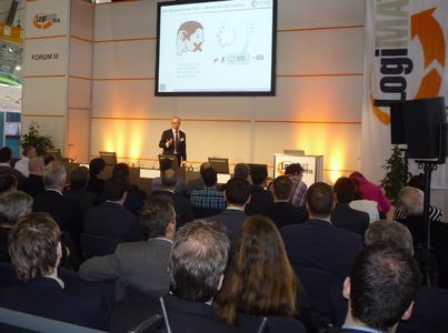 """Logistikberater Robert Slusarz stellt bei seinem Vortrag """"Integration mal anders - die Datenbrille in der Logistik"""" das Forschungsprojekt der CIM GmbH in Zusammenarbeit mit der TU München und der Firma Schmaus den interessierten Fachbesuchern auf der LogiMAT 2015 vor"""