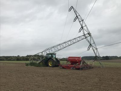Bei Feldarbeiten wird ein Freileitungsmast der WEMAG Netz GmbH durch einen Traktor beschädigt / Foto: WEMAG/Rupp
