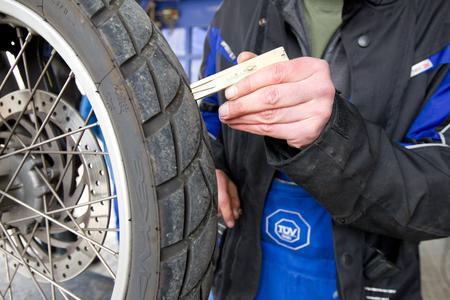 Auf der Checkliste für den Bike-Saisonstart ganz oben: die Reifen