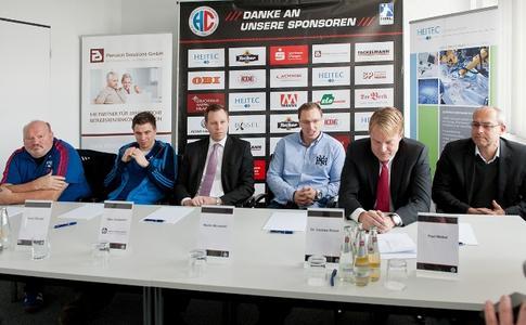 (Foto: hl-studios, Erlangen): Cheftrainer Frank Bergemann, Daniel Stumpf, Marc Sontowski (Pension Solutions), Martin Murawski, Dr. Carsten Bissel und Paul Weber vom HC Erlangen