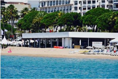 Der Losberger Kubo mit zurückversetzten Giebel- und Längswänden an der französischen Riviera.