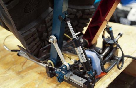 Der Typ GS-15–40-BB-120 im Test. Wegen ihrer kompakten Maße lassen sich die ACE Industriegasfedern leicht in das Cockpit integrieren / Bildnachweise: ACE Stoßdämpfer GmbH & HAWKS Racing e. V.