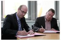 Vertragsunterzeichnung von EEW & IT2 (v.l.n.r.: Herr Detlef Hartmann (Geschäftsführer der EEW Energy from Waste GmbH) und Harald Goetsch (Vorstandsvorsitzender der IT2)