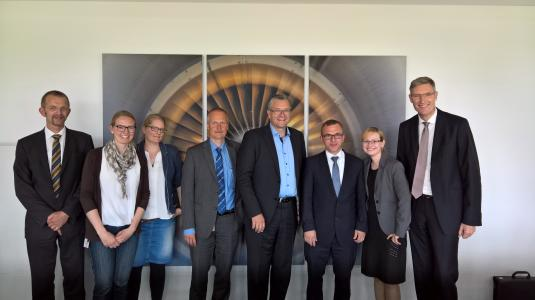 new outsourcing partners: Hamburg Airport, Airsys and arvato Systems  at the signing ceremony