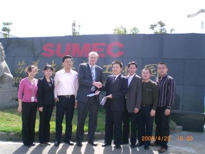 Solar*Tec´s CEO Dr. Erich W. Merkle with Managing Director Mr. Cai after contract signing