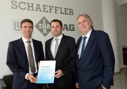 """Stefan Müller, Parliamentary State Secretary in the Federal Ministry for Education and Research (left), passed on the official approval letter for the subsidized project """"Smart Service Factory"""" to Prof. Dr.-Ing. Peter Gutzmer, Deputy CEO and Chief Technology Officer (right), and Schaeffler engineer Dr. Dennis Arnhold (center) from the project team"""