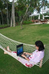 Frau mit PCTV Nano Stick am Laptop auf Hängematte