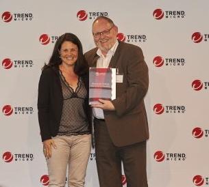 Jürgen Kerstan, Business Development Manager bei Westcon-Comstor, nimmt den Award für den besten deutschen Distributor von Ciara Feeny, Distribution Account Manager bei Trend Micro, entgegen