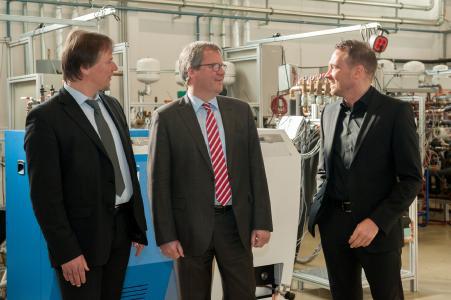 SorTech Vorstände Walter Mittelbach und Norbert Philipp zusammen mit Jens Bullerjahn (Mitte)