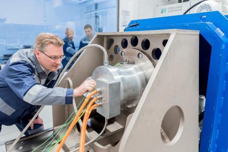 """Im E-Mobility-Center von thyssenkrupp in Bochum werden die nicht kornorientierten Elektrobandsorten für die Verarbeitung in Fahrzeugmotoren getestet. Elektroband von thyssenkrupp ist ein wichtiger Bestandteil der Stromversorgung und der Elektromobilität. Zu sehen ist dies auf der internationalen Fachmesse """"Coilwinding"""" in Berlin"""