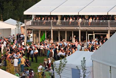 Losberger errichtete für die Outdoor-Feierlichkeiten ein VIP-Doppelstockzelt Emporium mit Frontverglasung und Klimatisierung.