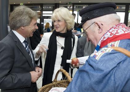 Im Gespräch: iGZ-Hauptgeschäftsführer RA Werner Stolz mit NRW-Schulministerin Barbara Sommer. Foto: W. Linke