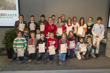Die diesjährigen 11 Regionalsieger in den Kategorien Schüler experimentieren und Jugend forscht beim Regionalwettbewerb Rhein-Main Ost bei Heraeus