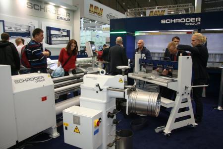Die Schröder Group bietet gleichermaßen Maschinen für Industrie und Handwerk. Vor dem imposanten Portal der Schwenkbiegemaschine PowerBend Industrial wird gerade die Segmentabkantbank ASK 3 umgerüstet / Bildquelle: Schröder Group