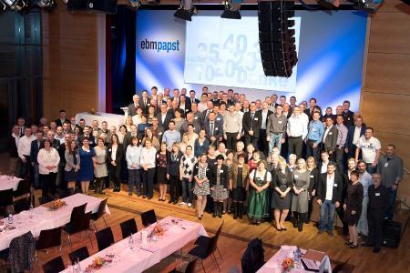 Gruppenfoto Jubilare, Rentner, Geschäftsführung, Betriebsrat bei der Feier in der Stauseehalle im November 2017