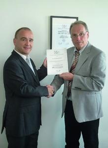 Der Geschäftsführer von H+S, Friedrich W. Schrafft, übergibt die Auszeichnung zum QMB des Jahres an Wolfgang Renner  von der KUMAVISION AG