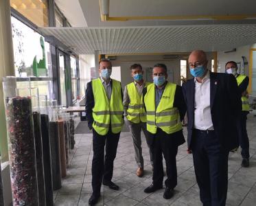 Renault Trucks Präsident Bruno Blin macht sich selbst ein Bild über die Recycling- und Wiederverwendungsmöglichkeiten