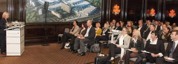 Rund 100 Besucher lauschten dem Vortrag von Ariane Durian (l.), iGZ-Bundesvorsitzende, und Stefan Sudmann (ganz rechts sitzend), Leiter iGZ-Rechtsreferat, zum Thema Branchenzuschlags-Tarifverträge.